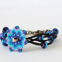 Macramè bracelet with mandala flower and cotton beads blue violet