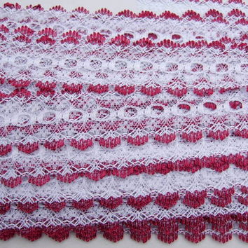 Eyelet knitting in lace - white with red wine trim