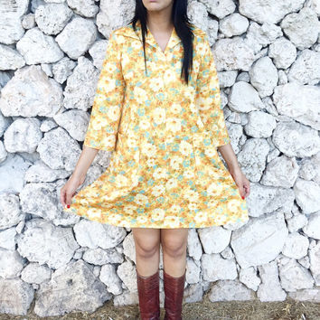 Vintage 60s 70s Yellow Floral Butterfly Collar V-Neck Polyester A-Line Muumuu Babydoll Mini Dress M