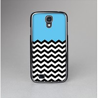 The Solid Blue with Black & White Chevron Pattern Skin-Sert Case for the Samsung Galaxy S4