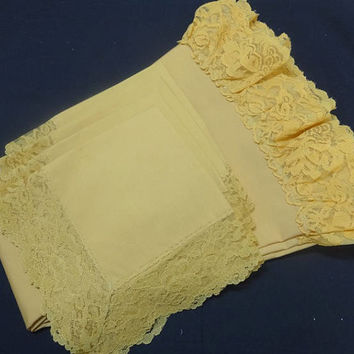 1970s Vintage Gold Round Tablecloth with Lace Trim & 4 Napkins, 63 Inches, Cotton Poly Blend, Vintage Lace Tablecloth, Vintage Table Linens