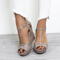 SZ 6 Walks Of Life Taupe Distressed Wedge