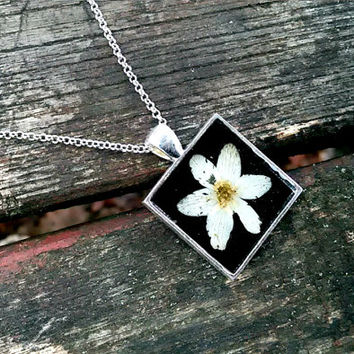 Floral necklace - Real flower necklace - Wood anemone flower - Pressed flower jewelry - Botanical - Nature inspired necklace - White flower