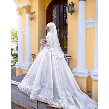 Beaded Lace Long Sleeve Muslim Bridal Gown With Hijab Veil Flowers Pearls