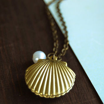Gold Seashell Locket Necklace. Mermaids Locket. Gold Sea Shell locket with white pearl necklace. Vintage Style Ocean Inspired Necklace