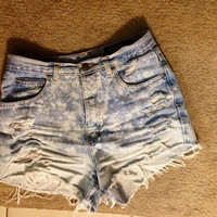 Cute light washed vintage high waisted bleached destroyed shorts. Size 5-6 (medium)