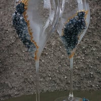 Geode wedding theme Set of 2 hand painted decorated champagne flutes Geode design Wine glasses in black and gold color