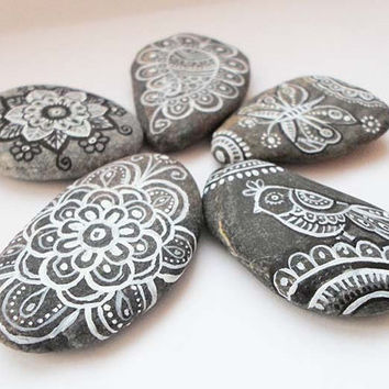 Pebble Stone Art Hand painted Stones, Paisley Art Painted stone, Hand Painted Sea stones Butterfly Bird Zentangle art Mandala Drawing Stones