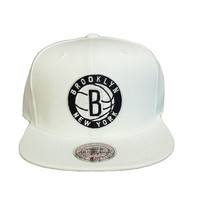 Brooklyn Nets Basic Logo Snapback Hat in White