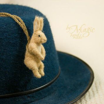 Needle felted rabbit necklace, felt animal, easter rabbit, felt bunny, hare sculpture, rabbit pendant, bunny necklace, wool rabbit