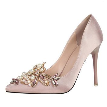 In 2017, the new fashion craze is a pair of high-heeled pearl pumps with satin shallow-toe heels and nude pink wedding shoes