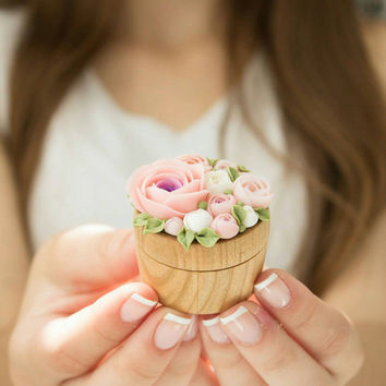 Pink White Rose Flower Ring Box Wooden Round Decorated Engagement Ring Holder Marriage Offer Ring Case Wedding Bridal Birthday Gift Decor