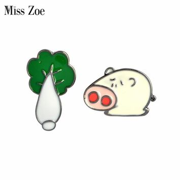 Trendy Miss Zoe Funny Pig arches Cabbage Brooch Button Pins Denim Jacket Pin Badge Cartoon Animal Jewelry Gift for Couples Lovers AT_94_13