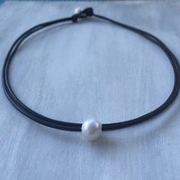 Leather freshwater pearl choker: leather and pearls ; Pearl on leather ; leather and pearls