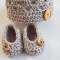 Newborn crochet baby hat beige booties set wooden buttons pregnancy shower gift hospital gift photo prop 0 to 3 months hand made comfortable