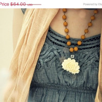The Juliette necklace. in ivory and pumpkin spice.