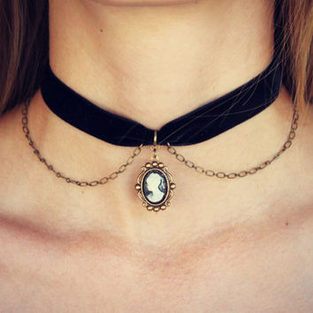 cameo choker, velvet choker, cameo choker, black cameo necklace, short necklace, velvet necklace, 90s fashion