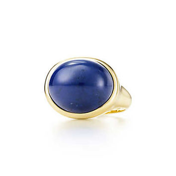 Tiffany & Co. - Elsa Peretti® Cabochon ring in 18k gold with lapis lazuli, 19 mm wide.