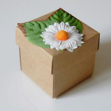 10 white daisy kraft favor box. Wedding, bridal shower, baby shower, tea party candy or gift box