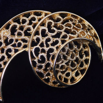 Crown Trifari MOON SWIRL Vintage Designer Goldtone Spiral Mesh Beautiful Glistening  Crescent Abstract Jewelry Signed Brooch Pin! 301