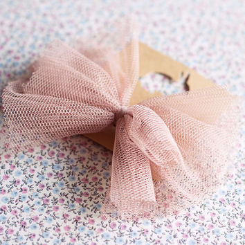 Vintage brooch-Bow brooch.Tulle bow brooch.Bow accessories.Wedding tulle bow.Mauve tulle bow.Tulle accessories.Bridesmaid brooch.Bride.