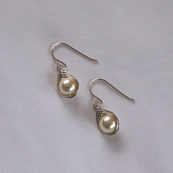 Cream Pearl Wedding Earings, Herringbone Wrapped Pearl Earrings, Wire Wrapped Jewelry Handmade, Cream Silver Dangle Earrings