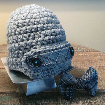 Baby newsboy hat and plaid bowtie set. Gray crochet newsboy cap, plaid strap,black buttons & matching plaid bowtie. Boy Christmas Outfit