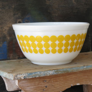 Pyrex New Dots Yellow Nesting Mixing Bowl 1-1/2 qt. 1960s Vintage