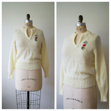 Vintage Sweater. 70s Embroidered Pullover. Ivory Knit V Neck Top. Small / Medium.