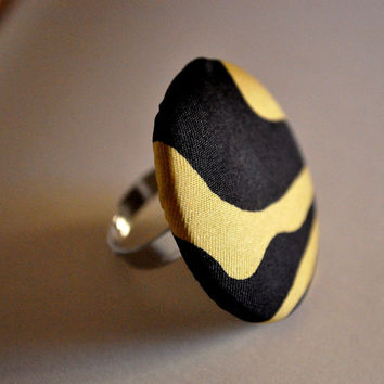 Ring adjustable with lined button