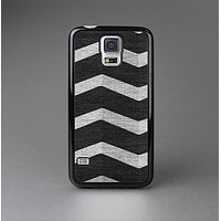 The Wide Black and Light Gray Chevron Pattern V3 Skin-Sert Case for the Samsung Galaxy S5