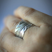 Silver feather ring. Adjustable.