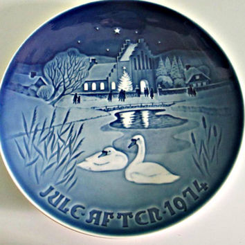 B&G bing and grondahl Collectible Porcelain Plate Christmas in the Village Limited Edition, 1974 Danmark