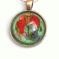 Original and unique pendant necklace. Genuine flowers dried and suspended in resin. Unique botanical necklace. Handcrafted with love.