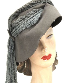 "Vintage Womens Hat 1940s  Woodmere Bonnet Cloche Long Net Detail Gray Turquoise 21"" Head"