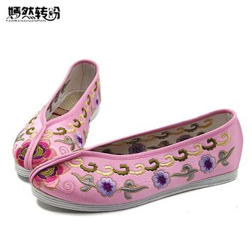 Vintage Women Flats Shoes Chinese Wedding Beijing Satin Embroidered National Breathable Dance Single Ballet Flat Woman