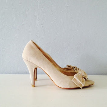 Pumps peep toe shoes heels vintage beige suede bow Friis and Company women's shoes wedding