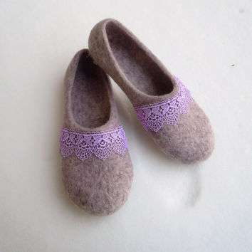 Felted women slippers decorated with lace.