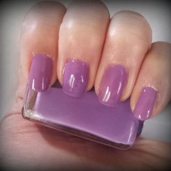 Image Gallery light purple nail varnish