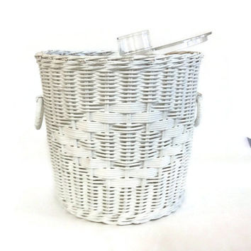 Vintage White Wicker Ice Bucket, Rattan, Clear Lucite Lid and Liner, Retro Barware, Cottage Chic Home Decor