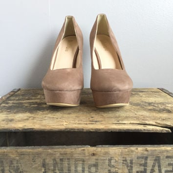 A Suede Pump in Taupe