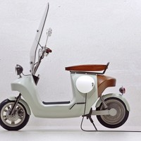 Be.e Scooter - a fully electric bio-scooter built from hemp and flax by Van.eko