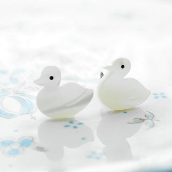 Handmade Romantic Gift Mother of Pearl Pattern Tiny White Bird Duck Pigeons Post Stud Earrings