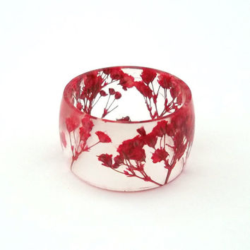 Red Eco Resin Ring. Wide Band Ring Women and Men. Botanical Resin Ring.  Handmade Jewelry with Real Flowers - Red Baby's Breath. Eco Resin.