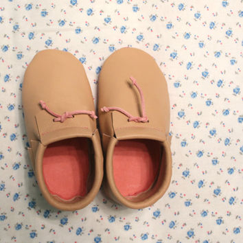 Beige baby-girl moccasins with pink sole Newborn, infant, toddler soft shoes