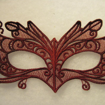 Wing-tipped Eyes Lace Mask in Burgundy