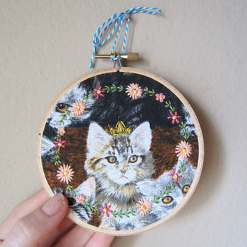 Queen or King cat embroidery with colorful floral embroidered frame, gold crown, 4 inch hoop, cat lover, wall art, home decor