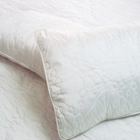 "Cotton off white twin size quilted bedspread with 2 pillows in size 108""x90"" and 20""x26"""