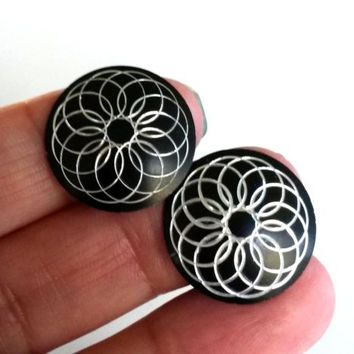 Vtg Round Black Enamel Aluminum Clip Earrings Diamond Cut Psychedelic