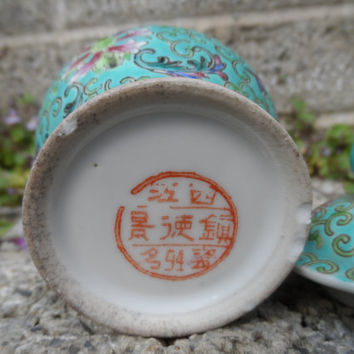 Vintage Chinese porcelain lidded Jarlet - Famille rose with green background - antique Chinese jar ceramic oriental decor